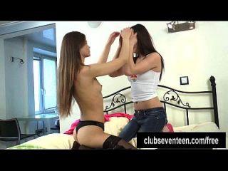 Teen Lesben spielen mit einem Dildo