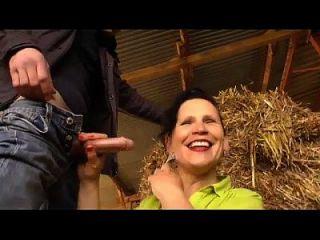 Eine reife Bauernfrau wird in der Farm gefickt