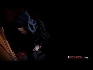 Konfessionsfilme: Blondine saugt Priester Schwanz