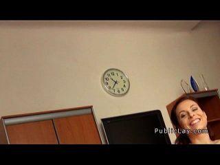 busty redhead von der Öffentlichkeit in einem Büro knallte
