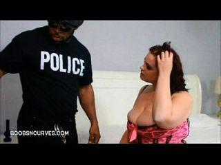 Chubby Babe von einem Polizisten mit einem bbc besetzt