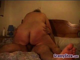 große Amateur-Oma, die einen Hahn genießt
