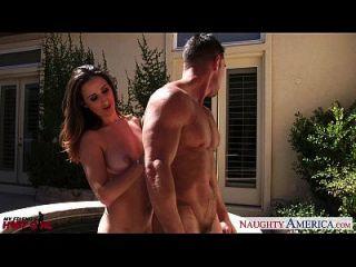 Die zierliche Haley Reed und die kurvige Ashley Adams haben Spaß von Arsch zu Mund