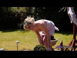 Exhibitionist blonde Sonnenbaden topless von ihrem Busch Trailer für 4k Video