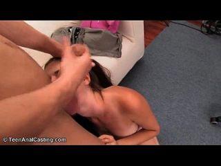 Amateur-Brünette in den Arsch gefickt