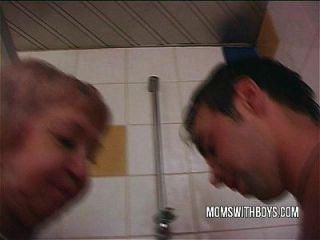 alte Schlampe in dampfenden Dusche ficken mit einem jungen Gestüt