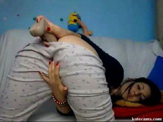 Geiles Babe genießt Dildo im Schlafzimmer