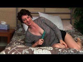 voll geschleppte Mamma prüft ihre lustvolle Pussy