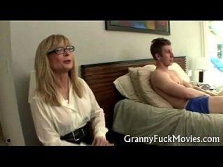 Oma zeigt, wie es gemacht wird