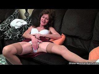 britische Oma Vikki mit ihrem schlaffen Tittenfinger fickt ihre behaarte Fotze