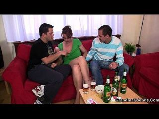 heiße 3some mit reifen Küken nach paar Bieren