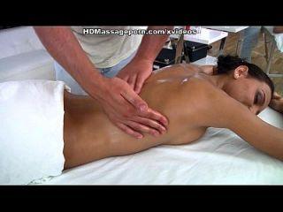 Lustige Julia saugt und fickt dick auf sexy Massage Porno