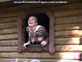 blonde russische Mädchen schlug in der Scheune