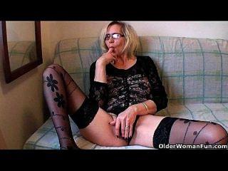 perverse Oma schiebt ihre Faust auf ihre alte Fotze