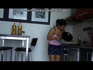 nackte Paar Sex in der Küche und erreichen Orgasmus