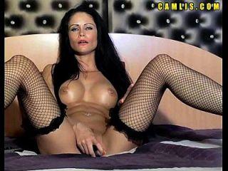 sehe geile cam Mädchen masturbieren ihre nasse Pussy und Arsch mit einem großen Dildo