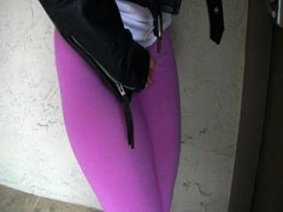 Blondes Mädchen putzt ihre Spandex-Leggings draußen