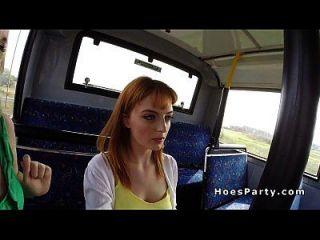 Amateur Schlampen teilen Hahn in den öffentlichen Bus