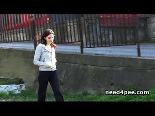 heiße Pussy teen Küken pissen von einer Brücke