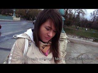 haarige Pussy russische Babe fickt im Auto in der Öffentlichkeit