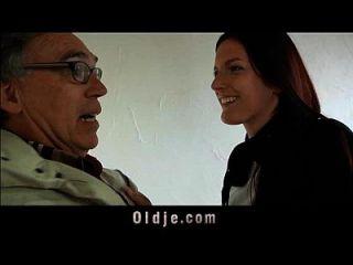 alter Verkäufer fickt junges Coed bei einem Treffen