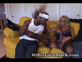 Jungfrau hat ihre erste schwarze Erfahrung