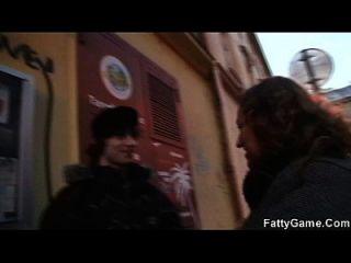 Skinny Boy wird von busty Hündin verführt