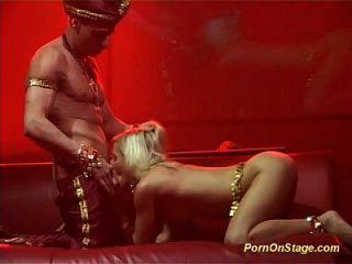 flexi akrobatischen Sex auf der öffentlichen Bühne