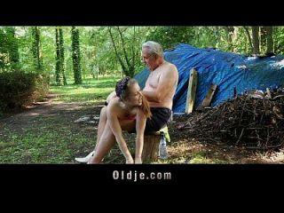 perv alten Mann Panzer und fickt Teenie in den Wäldern