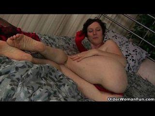 reife Mama arbeitet ihre haarige Pussy