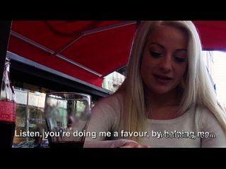 Amateur Blondine aus öffentlichen Café zu fucking Wohnung