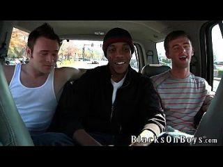 Cameron wird von zwei weißen Jungs gefickt