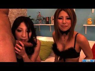 Sakura Kiryu Sharing Hahn in dampfigen Blowjob zeigen