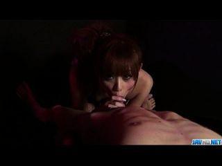 miina yoshihara fügt Hahn zwischen ihren Lippen in groben Weisen