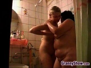 Oma und ein süßes Mädchen in der Dusche