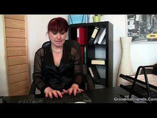 schöne Bürodame genießt zwei Schwänze auf einmal