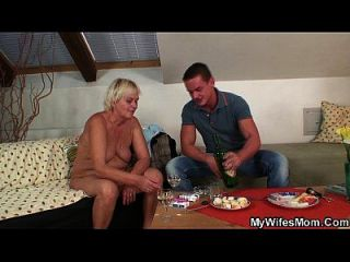 ihre blonde alte Mama und Freund Tabu Sex