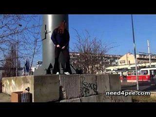 rasierte und natürliche Pussies gefilmt Pissen im Freien