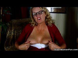 amerikanische granny dalbin arbeitet ihre eingeweckte pussy