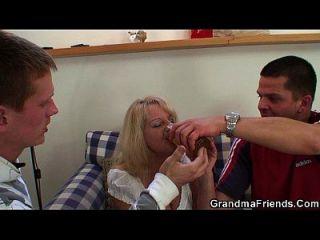 Reiten Großmutter saugen einen anderen Schwanz