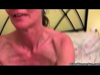 Englisch und Skinny Oma Vikki bekommt die Fingerbehandlung
