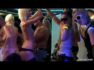 heiße Party-Hündinnen wird an Orgie-Party genagelt