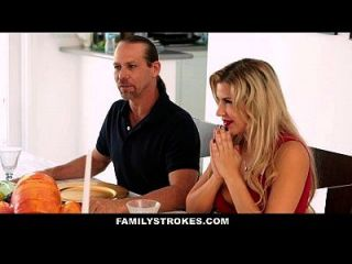 familystrokes Step Schwester saugt und fickt Bruder während Thanksgiving Abendessen