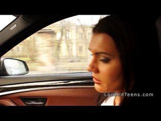 busty teen wird im Auto anal