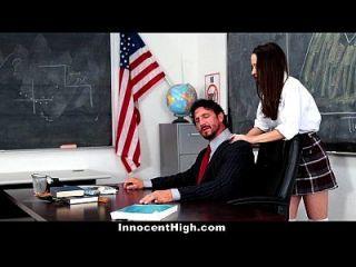 unschuldige Schulmädchen verzweifelt für den Hahn des Lehrers