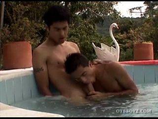Junge Latinos ficken Bareback am Pool