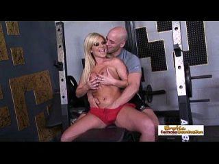 Busty Blonde bekommt einen Orgasmus von ihrem großen Dick Workout Instruktor