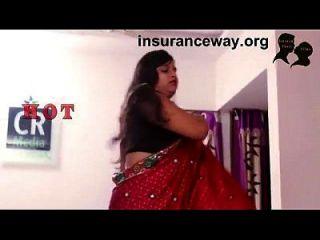 indische Hausfrau Romantik mit, die ihre verlorene aadhar Karte holt