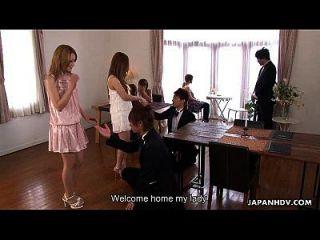 niedliche asiatische glam babe bekommen ihre rohe massage