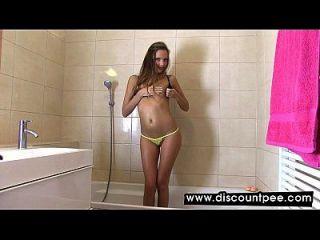 sexy Babe masturbiert in Badewanne und Pissen